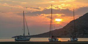 Båtar ankrade i solnedgång.