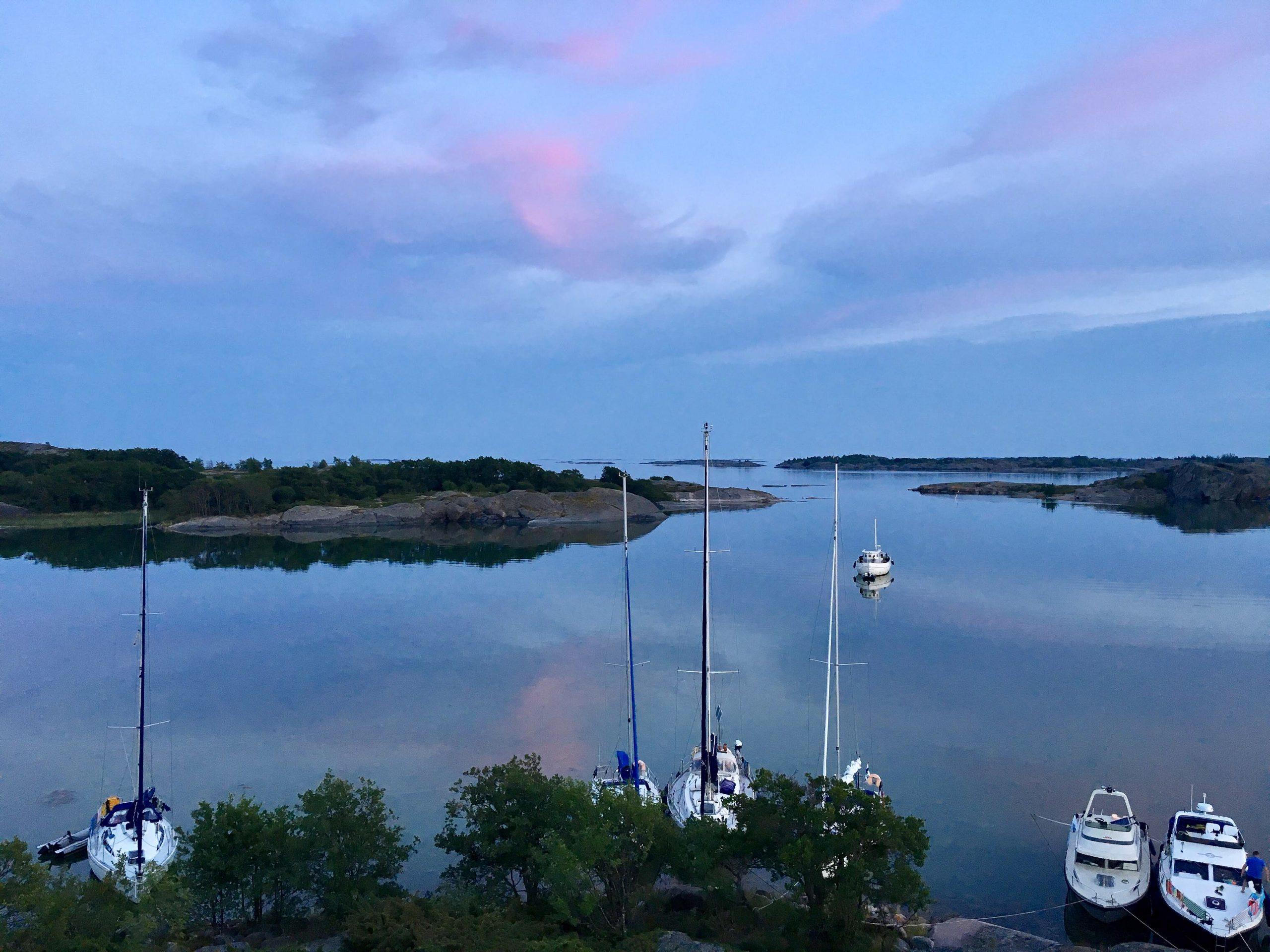 [:sv]Segelbåtar i Björkö-lagunen.[:]